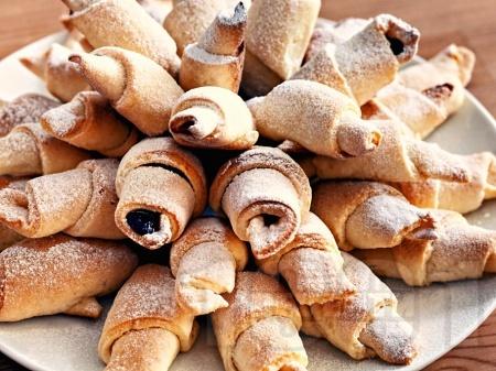 Бързи и лесни кифлички с мармалад и орехи от готово тесто - снимка на рецептата